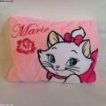 หมอนผ้าห่ม แมวมารี (Marie) ใช้เป็นหมอนหนุน หมอนอิง หรือผ้าห่มได้ เหมาะสำหรับพกพา ด้านในเป็นผ้าสำลีข