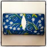 กระเป๋าเงินสามพับหนังกระเบนแท้สีฟ้าทะเลลายดอกไม้ขาว
