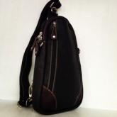 กระเป๋าเป้หนังแท้สะพายหน้าอกใบกว้างสีดำมุมน้ำตาลใส่ipad-mini-air