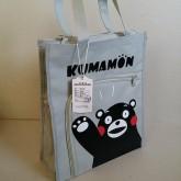 กระเป๋าสะพาย ผ้า ลาย คุมาม่อน Kumamon ด้านบนมีซิบค่ะ ด้านข้างมีช่องใส่น้ำด้วยคะ ขนาด 12x14x4 นิ้ว