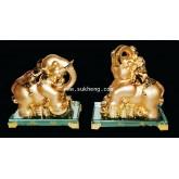 ช้างมงคลเรซิ่นสีทองบนเหรียญทองฐานคริสตัล ขนาด 8 นิ้ว