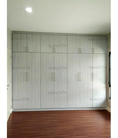 ตู้เสื้อผ้า Built-in โครงปาติเกิลกันชื้น หน้าบาน Melamine สี Teak
