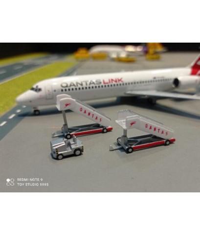 HW571005 1:500 Retro Qantas passenger stairs (2pcs) + tractor (1pc) [ Width 2 Length 5 Height 3 cms.