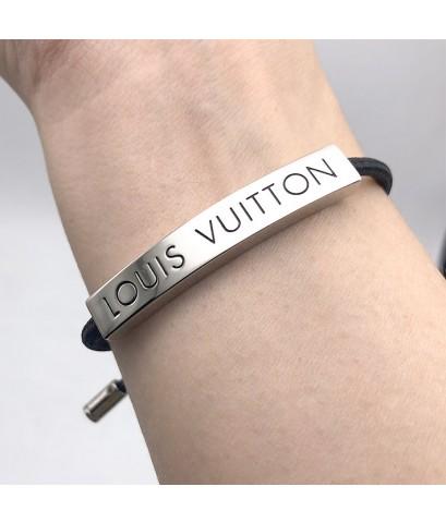สร้อยข้อมือ LOUIS VUITTON ตัวเรือนแสตมป์สัญลักษณ์ คล้องเชือกดำปรับสไลด์เข้าออกได้ตามขนาดข้อมือ