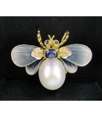 จี้ + เข็มกลัด ผึ้ง มุก สีขาว ตาไพลิน ฝังเพชร 10 เม็ด 0.10 กะรัต ทอง18K งานสวยมาก นน. 7.40 g