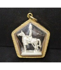 พระบรมรูปทรงม้า รัชกาลที่ 5 เนื้อเงิน ลอยองค์ เลี่ยมทองเก่า นน. 12.96 g