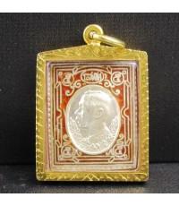 เหรียญแสตมป์ โสฬศ รัชกาลที่ 5 หลังหลวงพ่อคูณ วัดบ้านไร่ เนื้อเงินลงยาสีแดง เลี่ยมทองเก่า นน. 16.20 g
