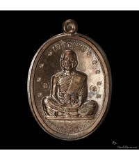 เหรียญเจริญพรเต็มองค์ ตัวหนังสือโค้ง กรรมการ ไม่ตัดปีก ๓ โค๊ตนะ โค๊ต ๙ ๙ ตัว เนื้อนวโลหะ ปี ๓๖
