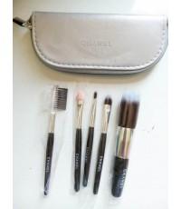 ชุดแปรง Chanel 5 ชิ้นพร้อมกระเป๋าหนังสีเทาเก็บแปรงแปรง ขนากพกพาสวย ขนสังเคราะห์นิ่มค่ะ