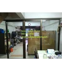 ประตูบานเลื่อนแขวนล้อบนแบ่ง4 อลูมิเนียมสีชา กระจกใส 6 มิล