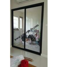 ประตูบานเลื่นสลับ กรอบอลูมิเนียมสีดำ  กระจกใส 6 มิล
