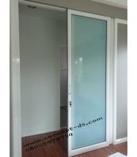 ประตูบานเลื่อนแขวนล้อบนพร้อมบานฟิกส์ อลูมิเนียมสีอบขาว กระจกฝ้า 6 มิล