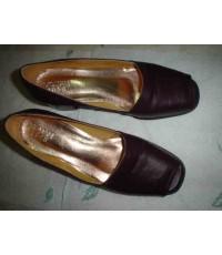 รองเท้ามือสอง สภาพเยี่ยม เจ้าของเพิ่งใส่ครั้งเดียว ยี่ห้อวอลแทน ผลิตจากอิตาลี สีม่วง ไซส์ 39