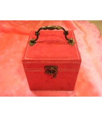 กล่องเครื่องประดับสีแดง สุดยอด ราคาใบละ 390 บาท