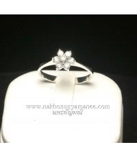 แหวนเงิน 95.00 ชุบทองคำขาว ตรงกลางเป็นรูปดอกพิกุล ประดับด้วยเพชรสวิส  ดูสวยเก๋น่ารักดีนะคะ