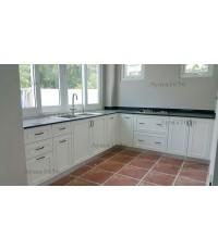 ชุดครัว Built-in ตู้ล่าง โครงซีเมนต์บอร์ด หน้าบาน Hi Gloss สีขาวด้าน เซาะร่อง