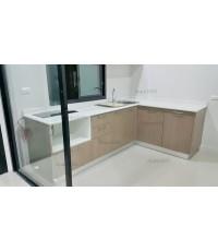 ชุดครัว Built-in ตู้ล่าง โครงซีเมนต์บอร์ด หน้าบาน PVC ลายไม้แนวตั้ง