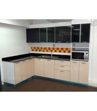 ชุดครัว Built-in ตู้ล่าง โครงซีเมนต์บอร์ด หน้าบาน Acrylic สีครีม ลายไม้ + ดำ