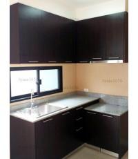 ชุดครัว Built-in ตู้ล่าง โครงซีเมนต์บอร์ด หน้าบาน Melamine สี Oak ลายไม้แนวตั้ง