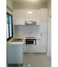 ชุดครัว Built-in ตู้ล่าง โครงซีเมนต์บอร์ด หน้าบาน PVC สีขาวเงา เซาะร่อง - ม.The Connect