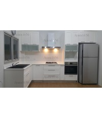 ชุดครัว Built-in ตู้ล่าง โครงซีเมนต์บอร์ด หน้าบาน MDF พ่นสีขาวด้าน ยกขอบรอบ