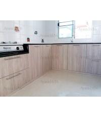 ชุดครัว Built-in ตู้ล่าง โครงซีเมนต์บอร์ด หน้าบาน Laminate สี Bisque Elm ลายไม้แนวตั้ง - ม.มัณฑนา