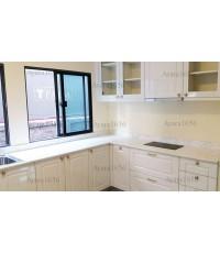ชุดครัว Built-in ตู้ล่าง โครงซีเมนต์บอร์ด  หน้าบาน PVC สีขาวเงา เซาะร่อง