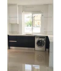 ชุดครัว Built-in ตู้ล่าง โครงซีเมนต์บอร์ด หน้าบาน Laminate สีดำด้าน + Hi Gloss สีขาว