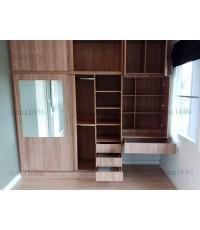 ตู้เสื้อผ้า Built-in ตู้เสื้อผ้าบานเลื่อน + โต๊ะเครื่องแป้ง กระจกเงา สีคาปูชิโน่