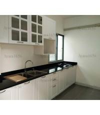 ชุดครัว Built-in ตู้ล่าง โครงซีเมนต์บอร์ด หน้าบาน PVC สีขาวเงา เซาะร่อง - ม.Perfect Place