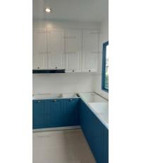 ชุดครัว Built-in ตู้ล่าง โครงซีเมนต์บอร์ด หน้าบาน PVC สีน้ำเงิน + ขาว ผิวด้าน เซาะร่อง