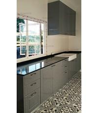 ชุดครัว Built-in ตู้ล่าง โครงซีเมนต์บอร์ด หน้าบาน PVC สีเทาเงา เซาะร่อง