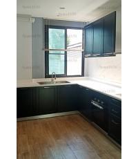 ชุดครัว Built-in ตู้ล่าง โครงซีเมนต์บอร์ด หน้าบาน Hi Gloss สีเทาด้าน เซาะร่อง