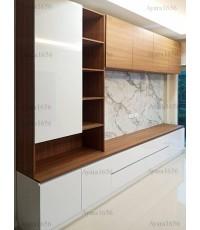 ตู้ TV โครงปาติเกิล หน้าบาน PVC สีขาวเงา + Laminate สี Oiled Legno + ลายหินอ่อน