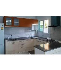 ชุดครัว Built-in ตู้ล่าง โครงซีเมนต์บอร์ด หน้าบาน Hi Gloss สีครีม + Melamine สี Teak ลายไม้แนวนอน