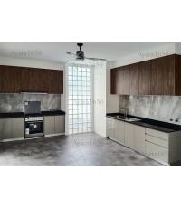 ชุดครัว Built-in ตู้ล่าง โครงซีเมนต์บอร์ด หน้าบาน Hi Gloss สีเทา Paus + Laminate สี Aged Walnut