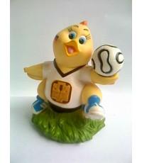 กระปุกออมสินไก่ ถือฟุตบอล ของธนาคารธกส.