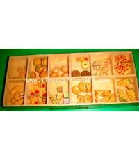 ของตกแต่งรูปขนมต่างๆ เช่น โดนัท คุ๊กกี้ เค้ก ขนมปัง ลูกอม พิซซ่า ฯลฯ ขนาดจิ๋วเพียง 0.5-1 ซ.ม.