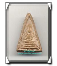หลวงพ่อเผือก วัดกิ่งแก้ว พระพิมพ์สามเหลี่ยมหน้าจั่วเนื้อผง พ.ศ.2496 องค์ที่ 3