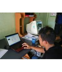 ช่างเล็ก ระยอง กำลังฝึกการอ่านวงจรไฟฟ้าจากคอมพิวเตอร์