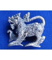 สิงห์ รุ่นมั่งมีศรีสุข เนื้อซาติน พิมพ์เล็ก หนึ่งในชุด พระเครื่อง หลวงปู่หงษ์ วัดเพชรบุรี ปี 2548