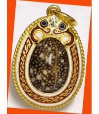 เบี้ยแก้หุ้มทองคำแท้ลงยา ขนาดเล็ก 1 ห่วง หลวงปู่เจือ วัดกลางบางแก้ว สุดสวย หรูหรา พร้อมจารด้านหลัง