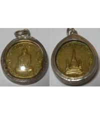 เหรียญในหลวงทรงผนวช วัดบวรนิเวศ ปี2508 เนื้อฝาบาตร พิมพ์ธรรมดา เลี่ยมเงิน