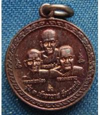 พระเหรียญหลวงพ่อไผ่ หลวงพ่อหม็อง หลวงพ่อชาญ วัดบางบ่อ ปี 2555พร้อมกล่องเดิม
