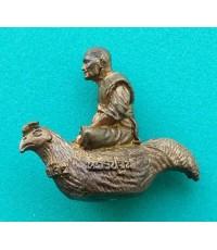 พระรูปหล่อขี่ไก่ หลวงพ่อไสว วัดปรีดาราม อายุ ๗๗ ปี ปี 2541 จ.นครปฐม สภาพสวยพร้อมกล่องเดิม
