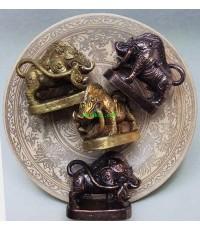 เจ้าดุ้งหมูคาบหาง หลวงพ่อมี วัดบ้านช้าง เนื้อตะปู ๗ ป่าช้าผสมทองเหลืองเชี่ยนหมากเก่า