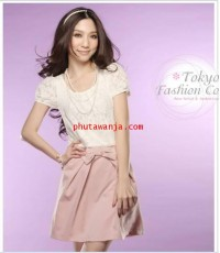 เดรสสั้นแขนตุ๊กตา คอกลมแสนน่ารัก ตัวเสื้อสีขาวเนื้อผ้าลูกไม้แสนสวยต่อตัวกระโปรงสั้นสีดำและสีชมพู แต่