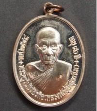 เหรียญแซยิด90ปี เนื้อนวะ หลวงพ่ออุ้นวัดตาลกง ปี2548 (2)