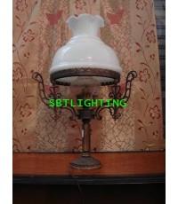 โคมไฟตั้งโต๊ะ ขาทองเหลืองกับ Porcelain. อิตาลี