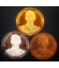 เหรียญในหลวงที่ระลึก 95 ปี โรงเรียนนายร้อยตำรวจ  ปี 2539 ชุดทองคำขัดเงา สภาพสวยเดิมๆพร้อมใบเซอร์
